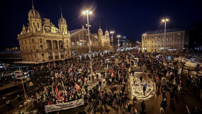 Budapest protests take a new turn - The march against state propaganda on Sunday