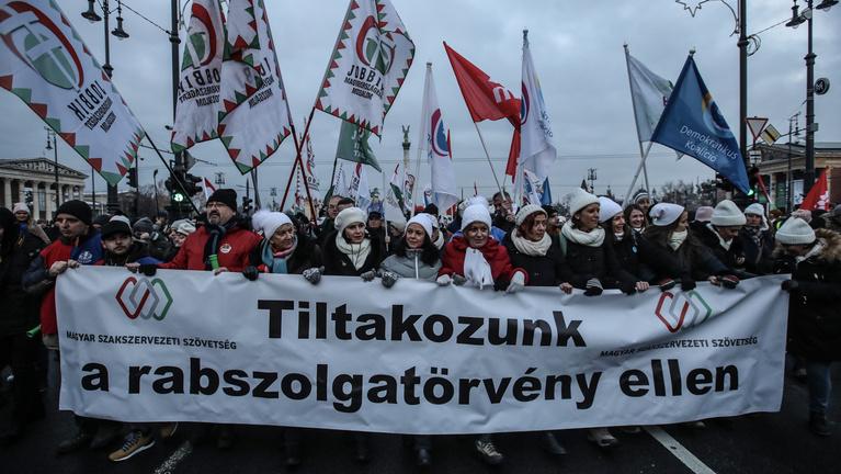 A tüntetések sem mozdították meg az ország politikai frontvonalait