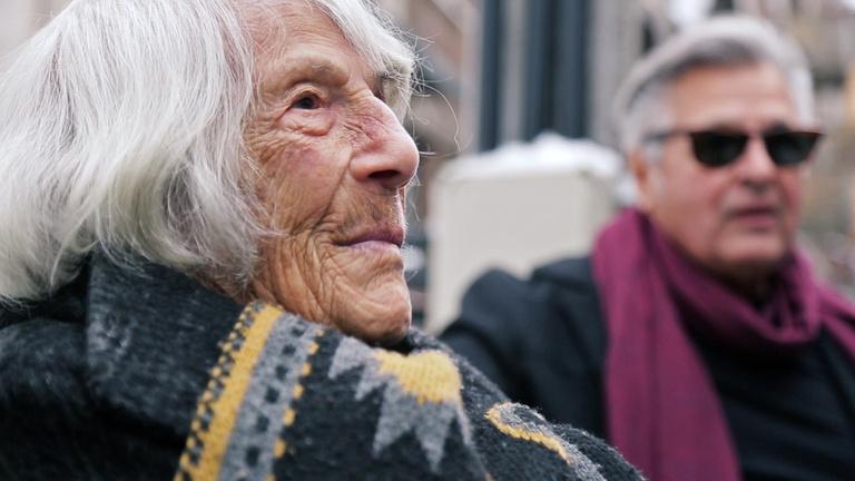 A 101 éves Éva kapott egy saját pihenőpadot