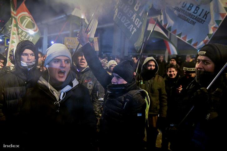 """""""Interjúra jöttünk, interjúra jöttünk"""", skandálta  a tömeggel. Fekete-Győr után Hadházy Ákos vette át a szó, aki elmondta, megpróbálnak ők, országgyűlési képviselők bejutni az MTVA-hoz, és addig nem jönnek ki, amíg be nem olvassák a pontjaikat. Végül tizenegy  képviselő átjutott a rendőrsorfalon és bementek az épületbe."""