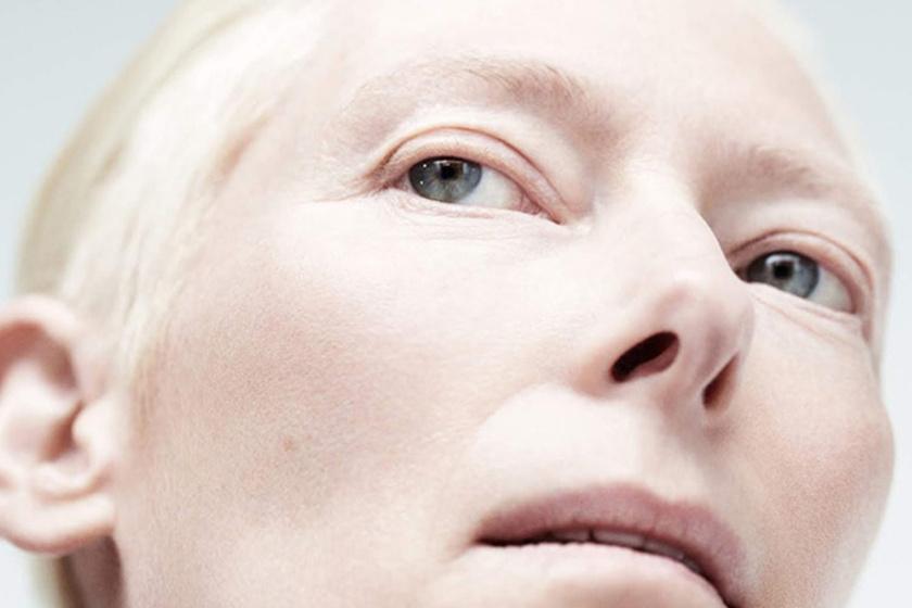 Az 58 éves Tilda Swinton nem öregszik: a közeli fotókon is makulátlan a bőre