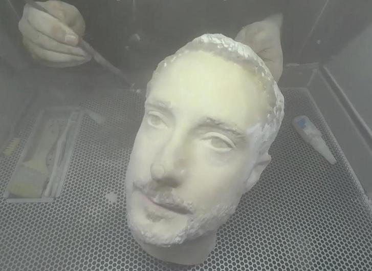 A 3d nyomtatással készült fejszobor.