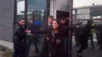 Videón, ahogy Szél Bernadettéket kidobják a közmédia ajtaján