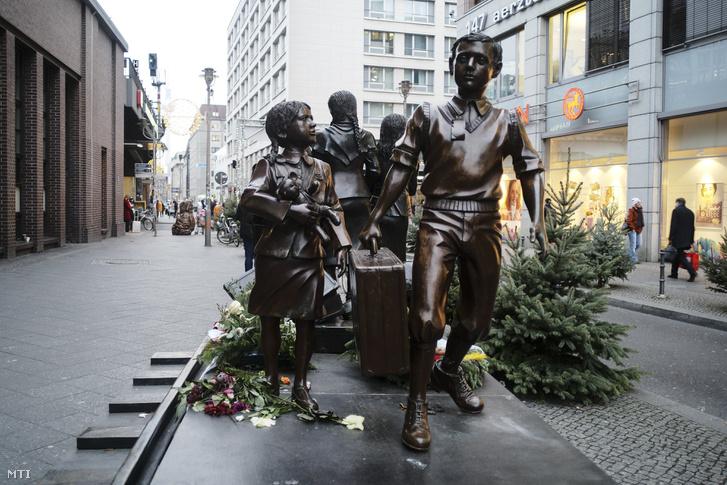 Az 1938-40 közötti gyermekmentő akció az úgynevezett Kindertransport (gyermekszállítás) emlékműve a berlini Friedrichstrasse vasútállomás előtt 2018. december 17-én.