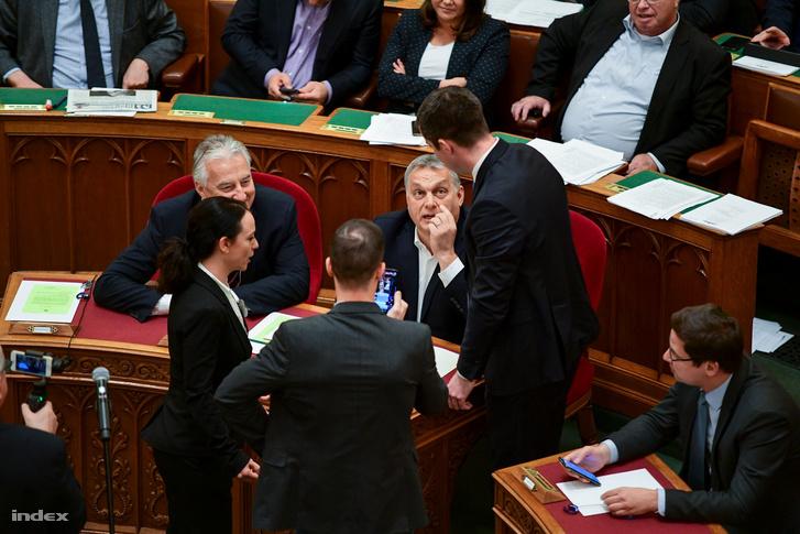 Szabó Tímea és Tordai Bence odaléptek Orbán Viktorhoz a parlamentben 2018. december 12-én.