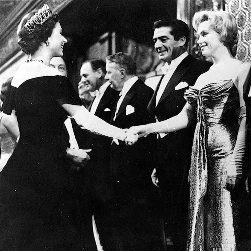 Marilyn Monroe és Erzsébet királynő ugyanabban az évben, 1926-ban születtek. A két ikon találkozott is egy filmpremieren: a fotón a szomorú sorsú díva, aki férjét kísérte az eseményre, éppen sorra került, hogy a királynővel kezet fogjon.