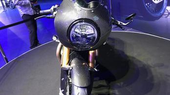 Limitált, rommá szénszálazott retró motoron dolgozik a Triumph