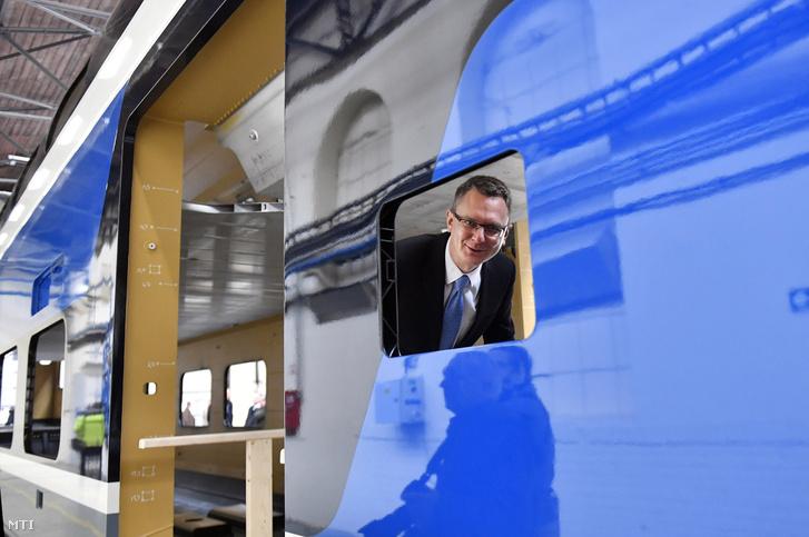 Rétvári Bence, az Emberi Erőforrások Minisztériumának parlamenti államtitkára megtekinti a nagy kapacitású, emeletes motorvonat első kocsiszekrényét a Dunakeszi Járműjavító Kft. szerelőcsarnokában 2018. december 17-én.