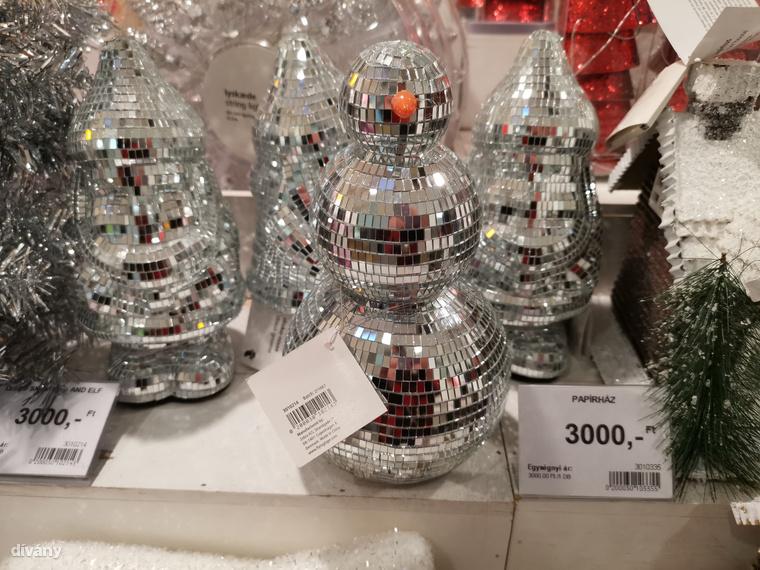 Miért ne lehetne diszkógömbökből készíteni hóembert? Egy igazi karácsonyi buliban elengedhetetlen az ilyesmi