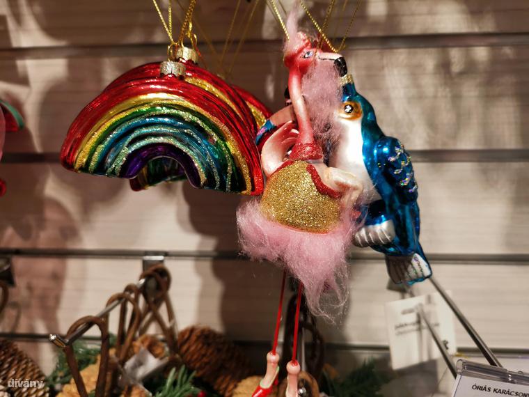 De mégsem mehetünk el külön szó nélkül a magassarkú cipős, csillámos aranytopba bújt flamingó mellett