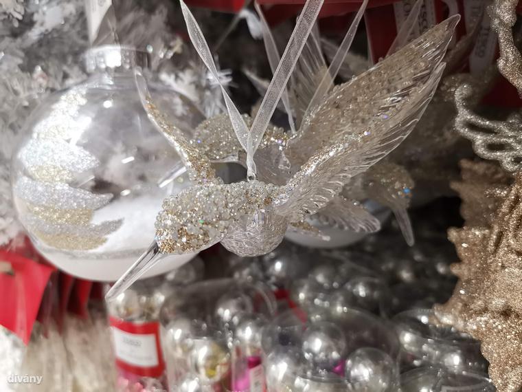 Ha már furcsa karácsonyi teremtmények, akkor a Tescoban láttunk egy kristálykolibrit, mert ugye rénszarvast csak nem lehet a fára ültetni, a veréb meg a cinege meg túl snassz, ezért kézenfekvő választás lett a kolibri