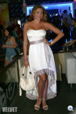 Horváth Éván valahogy jobban is állhatna a furcsa szabású fehér ruha.