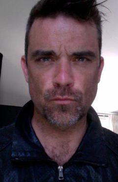 Robbie Williams ősz szakállal