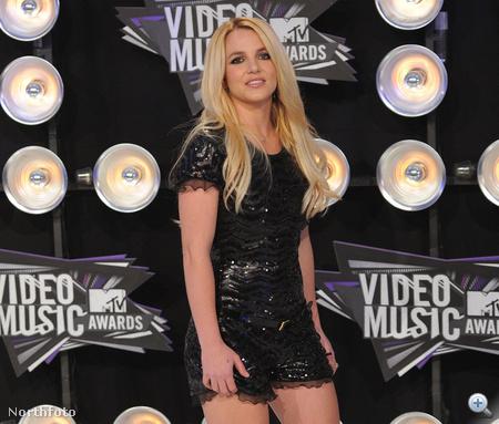 Britney Spears kis feketében mutatta meg lábait.