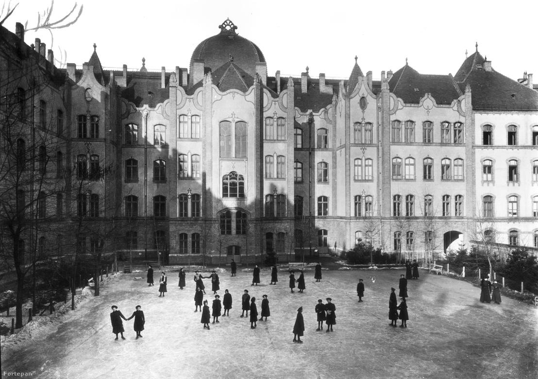 A Baumgartner Sándor tervezte Erzsébet Nőiskola (ma Teleki Blanka Gimnázium) az Ajtósi Dürer soron, 1905-ben