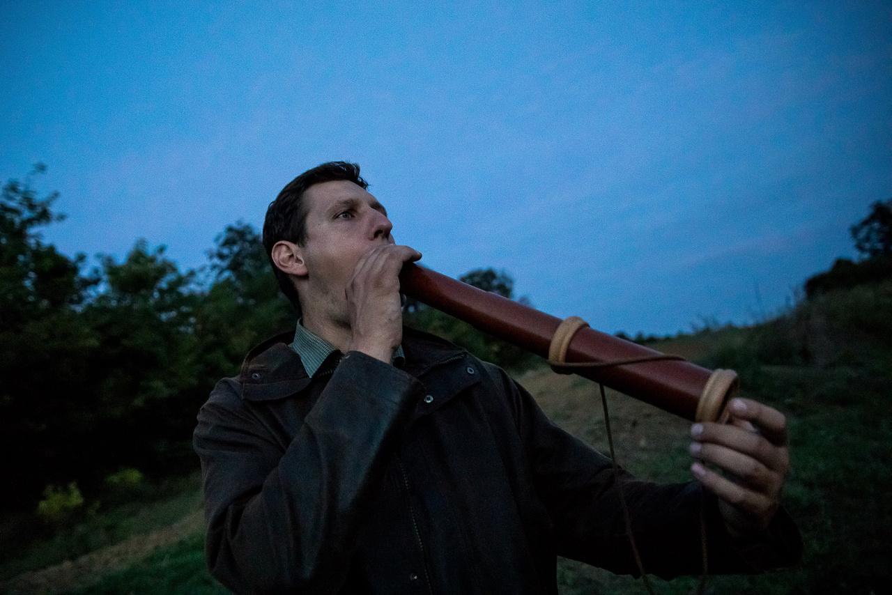 """A bőgés során a bika egy úgynevezett rezonáló kamrát formál a szájából – folytatja Dr. Náhlik – az ajkai takarják a szájpadlást és az alsó állkapcsot a metszőfogakkal, miközben hosszanti irányban tágra nyitja a száját és az orrlyukait.  Az így kiadott hangokat próbálják utánozni a szarvasbőgés-imitátorok is, akik ezzel a módszerrel csalják közelebb a nagyvadakat. Kasper Máté 10 éve bőg rendszeresen vadászatok során és bemutatókon, nemzetközi versenyeken is. """"Sokféle eszközt használok, többek között porszívót, szürke marha tülköt, illetve speciális bőgő kürtöket. Eredményesség szempontjából mindegyik tökéletes."""""""