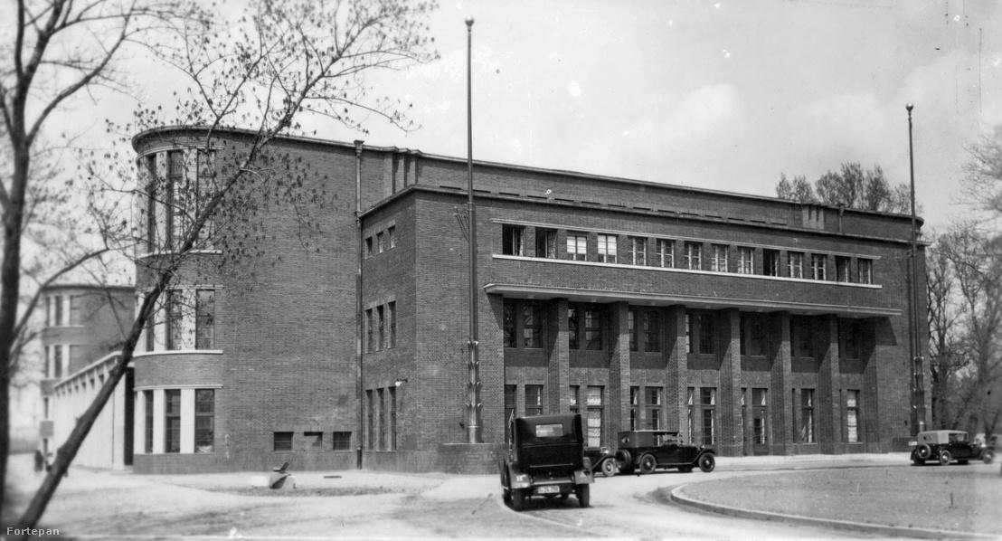 A Hajós Alfréd Nemzeti Sportuszoda 1931-ben, mely ma a tervező olimpiai bajnok építész nevét viseli
