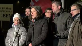 A tévészékház előtti összellenzéki tüntetés élő közvetítése