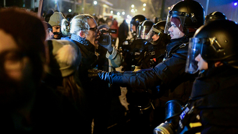 A Momentummal ezren sorra járták a Fidesz-média székházait, az MTVA-nál vetítés szórakoztatta a tömeget