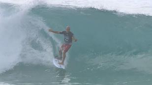 Menet közben szállt vissza a deszkára a szörfös