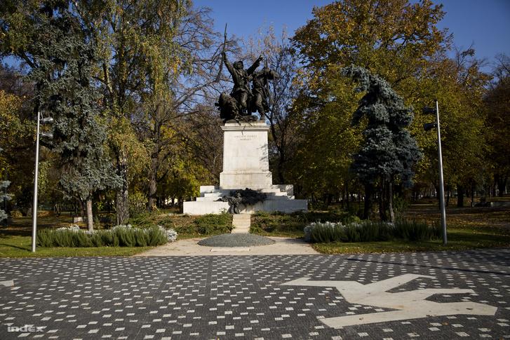 A pestszentlőrinci Kossuth tér Kondor Béla-motívummal