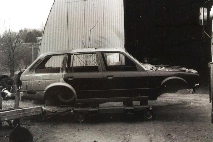 A szedán C-oszlopa eggyel hátrébb került. A hátsó ajtók is megváltoztak, a két hátsó oldalablak a kétajtós üvegeiből készült a prototípuson