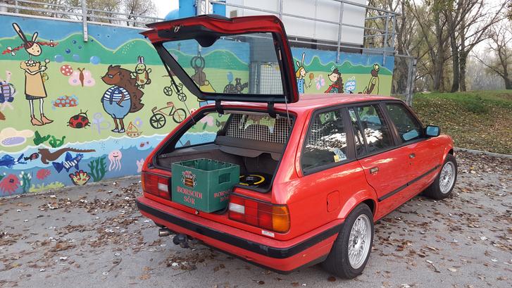 A legenda igaz! Tényleg sörösrekesz-kompatibilis a hátfal. A piros autóhoz a mókás háttér passzol a legjobban, de gyakorlatilag minden évszak jól áll neki