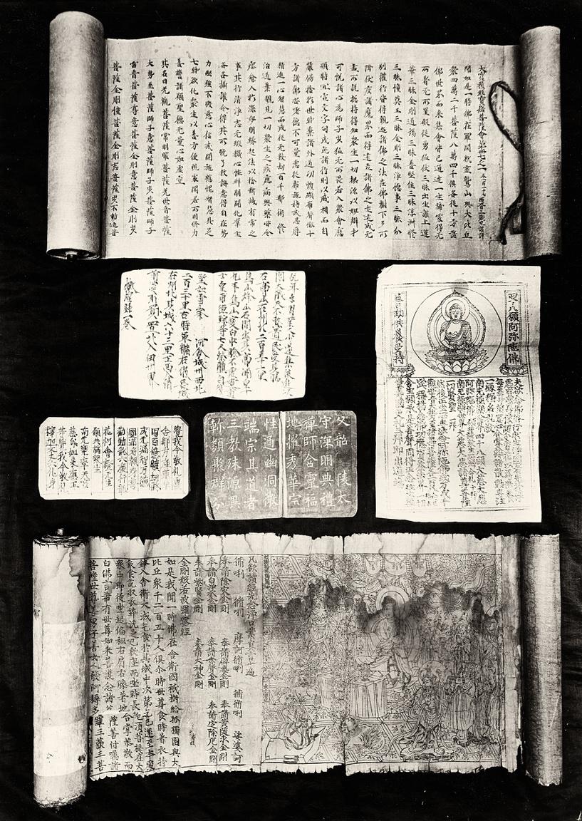 """A szentély őre által megtalált elfalazott helyiségben padlótól a mennyezetig álltak az évezredes iratok. Stein volt az első kutató, aki a felfedezés hírére a helyszínre ment. Bár a taoista szerzetes kezdetben tartózkodó volt a nyugati idegennel szemben, Stein némi kenőpénzzel és egy jól megtalált sztorival hamar lekenyerezte. Arra a Kínában nagy becsben tartott szentre hivatkozott, aki szintén a nagy hegyeken átkelve terjesztette az igét - a magyar kutató szinte annak reinkarnációjaként jelent meg, így pedig máris szent cselekedetnek minősülhetett az adásvétel.""""A jámbor férfiú rászánta magát, hogy kívánságomat teljesítse, azzal az ünnepélyes föltétellel, hogy hármunkon kívül senki meg ne sejtsen valamit abból, ami készül, és hogy mindaddig, míg kínai földön járok, a leletek eredetét eleven ember előtt le nem leplezzük"""" - írta Stein. Összesen 130 fontért jutott hozzá a páratlan iratokhoz."""