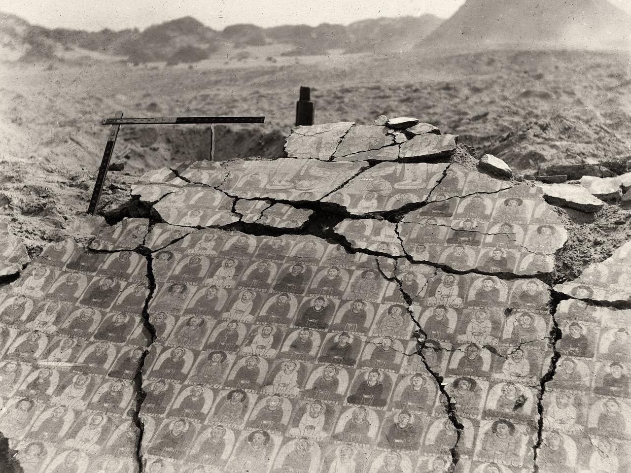 Az Ezer Buddha templom kincseinek megtalálása a régészet történetének egyik nagy felfedezése volt. A páratlan irategyüttes majdnem egy évezredig pihent a barlang hátsó részében elfeledve, de a falaknak és a száraz klímának köszönhetően remek állapotban. A kéziratok egészen változatos eredetűeknek bizonyultak. A IV. századtól a XI.-ig keletkeztek a legkülönbözőbb nyelveken: ősi szanszkrit szövegek, ótörök rovásírás, manicheus, szír keresztény, nesztoriánus, ujgur és tibeti vallásos szövegek, hellenisztikus hatást mutató buddhista emlékek, brahmi szent könyvek indiai pálmaleveleken, egy zsidó kereskedő imája, egy eladott rabszolgalányról szóló szerződés - igazi multikulti Közép-Ázsiából. Itt, a világtól rejtett szentélykönyvtárban pihent Stein Aurél érkezéséig a világ legkorábbi részletes csillagatlasza is, valamint a Gyémánt szútra egy 868-ban nyomott példánya is. Ez a világ legkorábbi ismert nyomtatványa, melynek felfedezése szintén a magyar régész nevéhez fűződik.