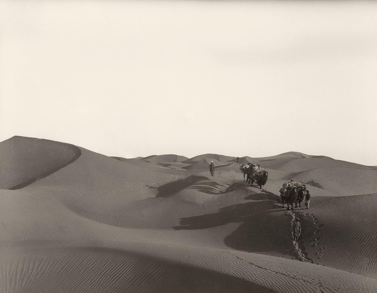 """Nyáron fullasztó hőség, télen harminc fokos mínuszok a kontinentális sivatagban, ahol az utazót nem ritkán elhullott málhásállatok tetemei és szomjan veszett hajdani expedíciókról szóló történetek figyelmeztetik: az ivóvíz minden cseppjével takarékoskodnia kell. A Kína legnyugatibb részén 1000 kilométeren át húzódó Takla-makán neve elhagyatott vidéket, """"a soha vissza nem térés földjét"""" jelenti ujgurul, nem véletlenül kerülte meg inkább a Selyemút két fő szárazföldi ága is hajdanán a homoksivatagot. Száz éve még egész tágabb vidéke, a lefolyástalan Tarim-medence, az egyaránt 7000-es magasságokig törő Tien-san és a Pamír-hegységek is alig ismert tájak voltak az európaiak előtt. Nem beszélve a hegyeken túli, a Keletről szőtt álmokat még inkább izgató Tibetről és Afganisztánról - arról a vidékről, amiről a pesti zsidó gyerek is egész életében fantáziált, de csak meghalni juthatott el oda."""