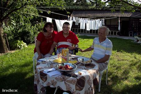 Lackó Erdőkertesen él a szüleivel