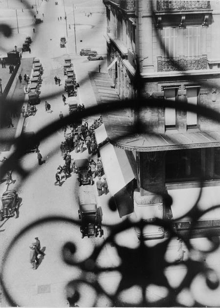 La Canebière utca, Marseille – Kilátás az erkélyrácson keresztül, 1928 Zselatinos ezüst, 24,4 x 17,5 cm