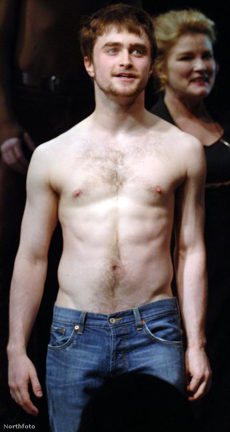 Daniel Radcliffe, aki egy könyvsorozat filmváltozatában játszott szemüveges varázslófiút - talán már hallott róla
