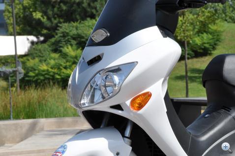 Kicsit mint a Honda Forza, de a szélvédőt valaki visszapattinthatná a helyére