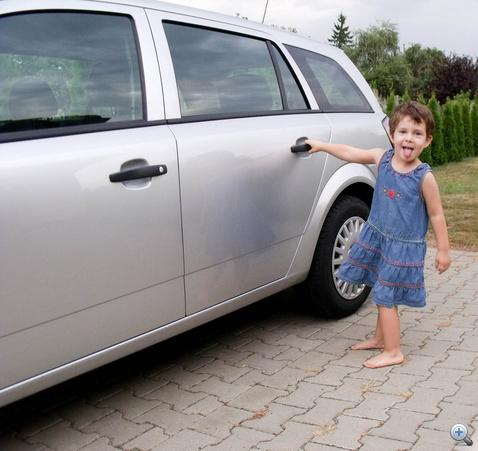 Az ajtó olyan nehezen nyílik, hogy a gyerek kívülről nem tudja kinyitni.