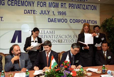 Kocsis István Byung-Ho Kang, a Daewoo Corporation elnöke aláírták a Magyar Gördülőcsapágy Művek Rt. privatizációjáról szóló szerződést 1996-ban. Az ünnepségen Suchman Tamás privatizációs miniszter is részt vett