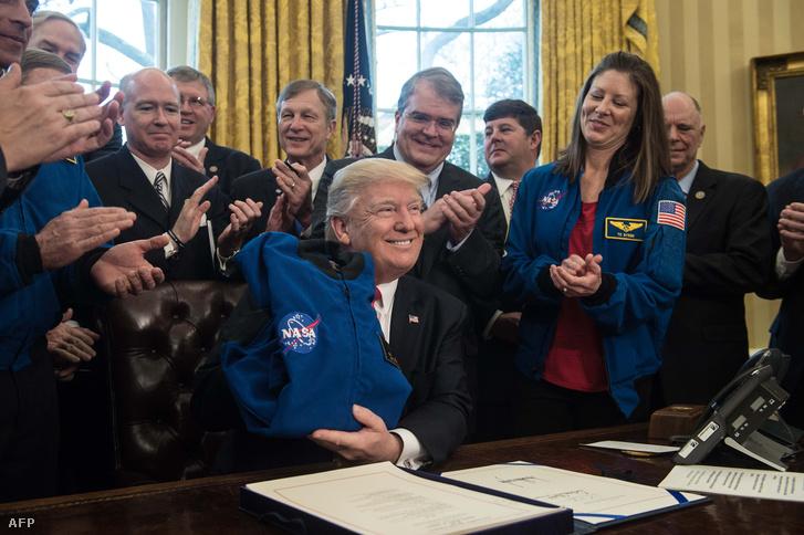 Donald Trump amerikai elnök, miután aláírta a NASA megnövelt költségvetését a Fehér Házban 2017. március 21-én
