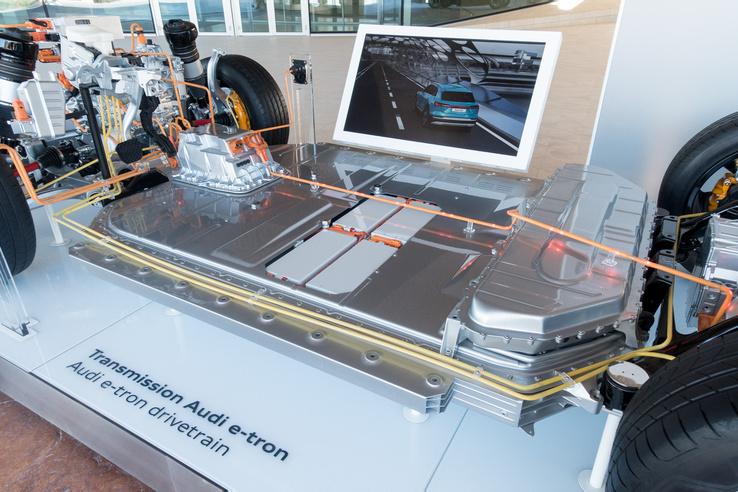 Harminchat modulból áll, 95 kilowattóra kapacitású és 700 kiló az e-tron akkucsomagja