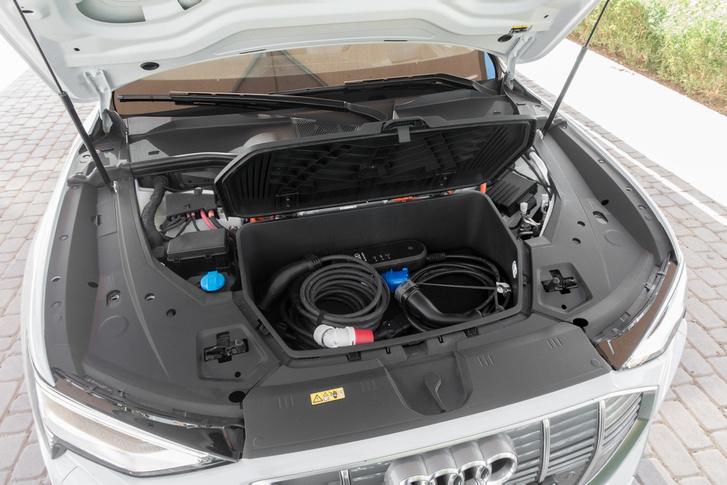 60 literes tárolórekesz az autó orrában: el is foglalják a különböző szabványú töltőkábelek