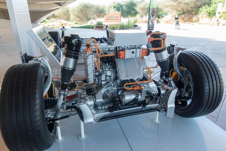 Elöl a vezérlőelektronika, a másodlagos villanymotor és a segédvázra épített, légrugós futómű