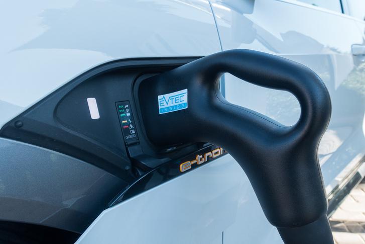 Nahát! Találtunk egy 150 kilowattos gyorstöltő-oszlopot a helyi állatkert bejáratnál. (az Audi építette a bemutató kedvéért)