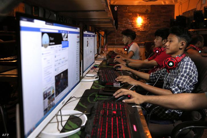 Mianmari fiatalok böngészik Facebook oldalukat 2018. december 18-án, Yangon-ban