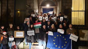 Már Reykjavíkot is elérte a külföldi magyarok tüntetéshulláma