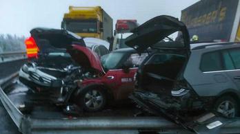 Tömegkarambol az M3-ason: nyolc autó és két kamion ütközött