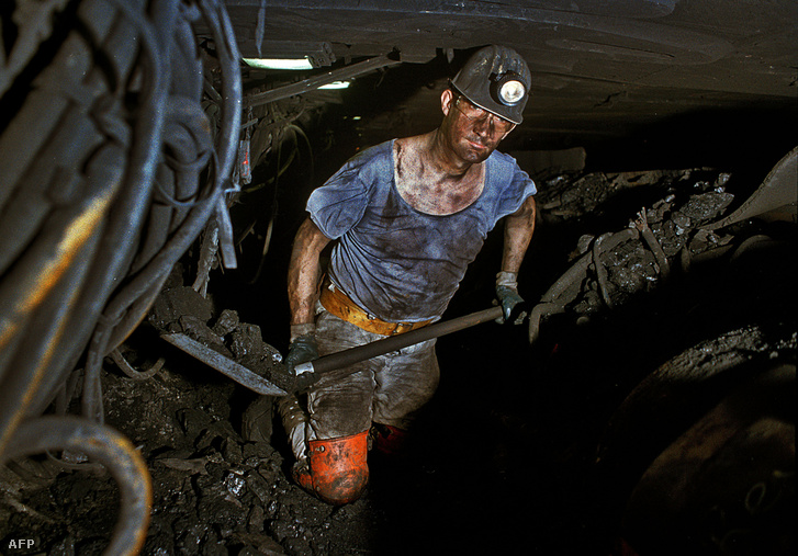 Munkás dolgozik a bányában 2018 júniusában