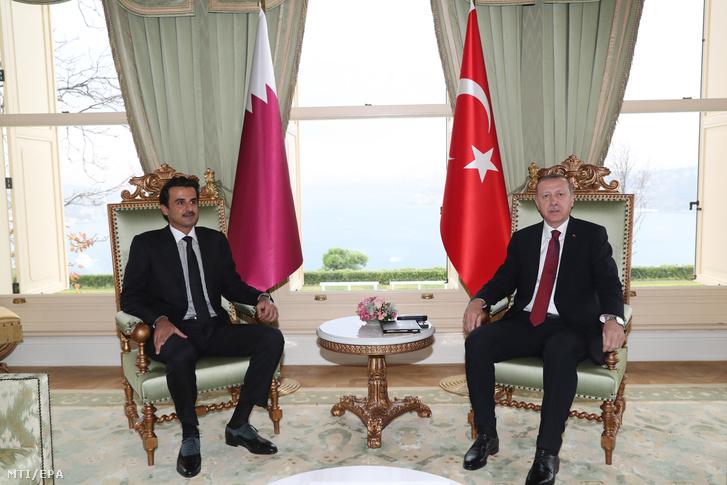 Recep Tayyip Erdogan török elnök (j) és Hamad bin Kalifa ász-Száni sejk katari emír tárgyal Isztambulban 2018. november 26-án.