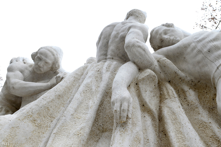 Az Országház előtti Kossuth szoborcsoport Széchenyit ábrázoló szobra kardmarkolatának két kiálló letörött vége 2018. december 19-én.