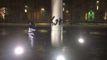 312 óra közmunkát kapott a zászlórúdra fújó tüntető