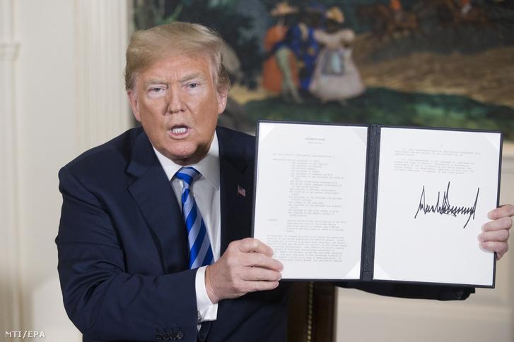 Donald Trump amerikai elnök mutatja az aláírásával ellátott rendeletet az Irán elleni szankciók visszaállításáról a washingtoni Fehér Házban 2018. május 8-án