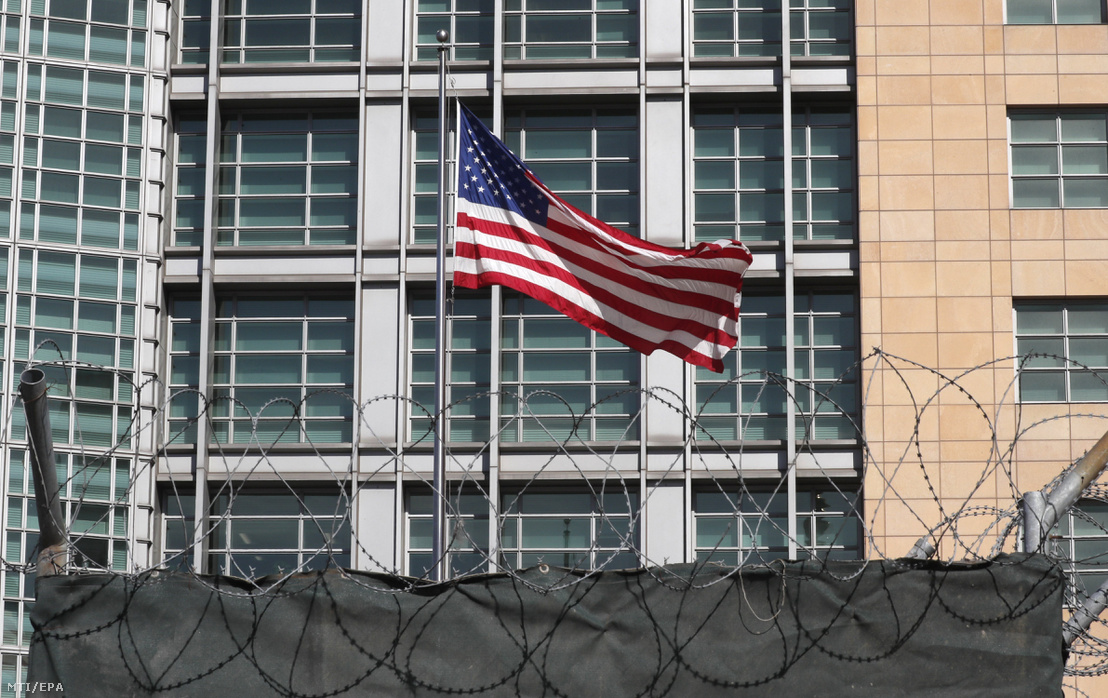 Amerikai zászló leng az Egyesült Államok moszkvai nagykövetségén 2018. március 30-án. Szergej Lavrov orosz külügyminiszter az előző napon bejelentette, hogy Oroszország kiutasít 60 amerikai diplomatát és bezáratja az Egyesült Államok szentpétervári főkonzulátusát, válaszlépésként arra, hogy az amerikai vezetés a Nagy-Britannia iránti szolidaritásából nem kívánatos személynek nyilvánít 60, Washington által kémtevékenységgel megvádolt orosz diplomatát és bezáratja Oroszország seattle-i főkonzulátusát.
